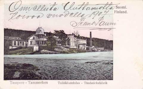 Onnellisen uuden vuoden 1907 toivotukset Tampereen Tulitikkutehdas –aiheisessa postikortissa. Pyynikillä sijainnut tulitikkutehtaan kolmikerroksinen rakennus oikealla Pyhäjärven rannassa. Siitä vasemmalla  huvilarakennus, jonka edessä rannassa matalana erottuu tehtaan räjähdysainevarasto.